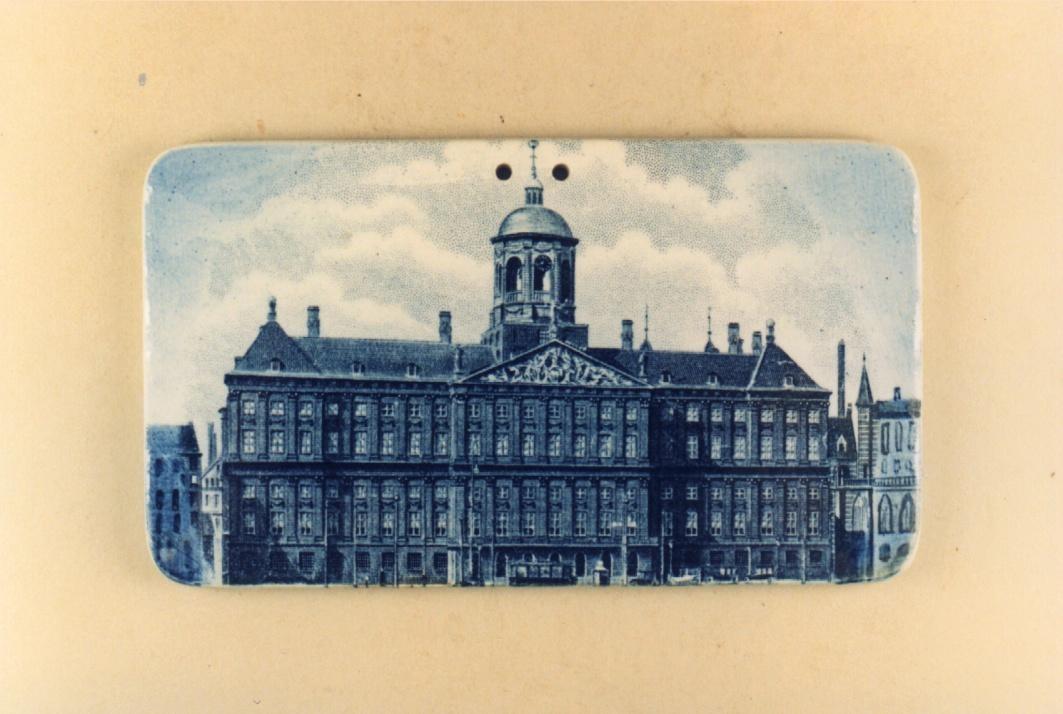 Wandtegel waarop een afbeelding van  het Koinklijk Paleis te Amsterdam