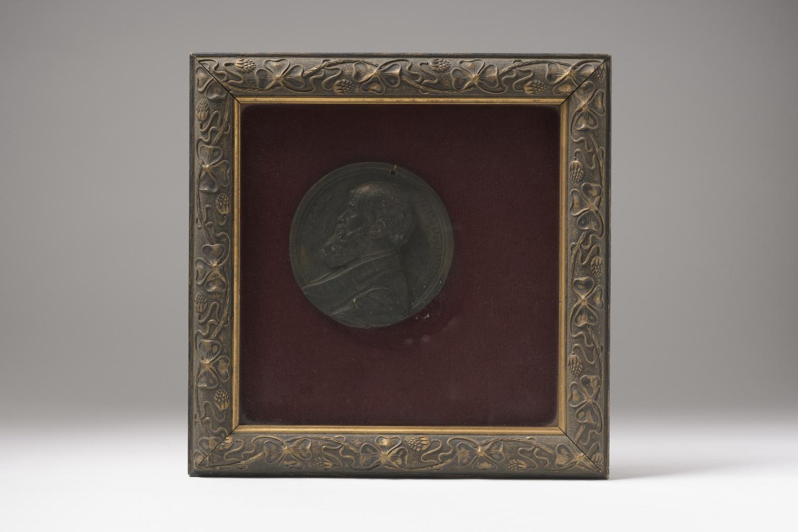 Plaquette met borstbeeld van de beeldhouwer Frans van de Laar