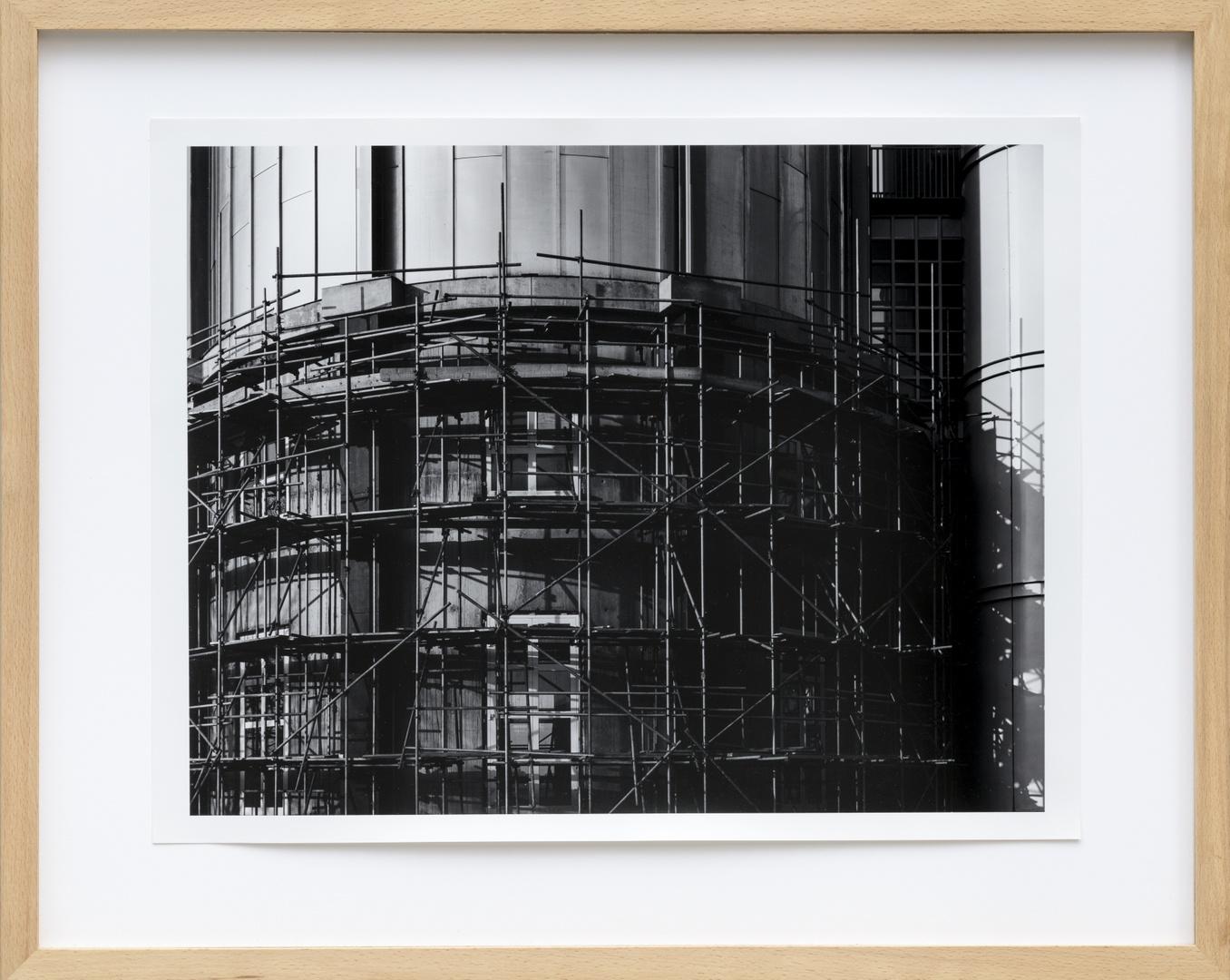 Bouw Bonnefantenmuseum 1992-1994 ; Onderkant toren van buitenaf met stellage