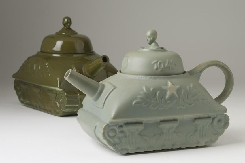 3 Theepotten in de vorm van een tank met op de deksel het jaartal 1945 en een vijfpuntige ster