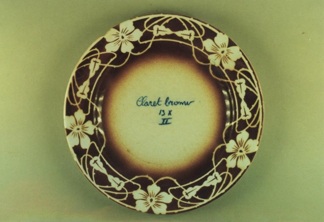 Bord waarop: CLARET BROWN II