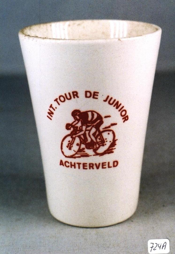 Beker waarop een wielrenner : INT. TOUR DE JUNIOR ACHTERVELD