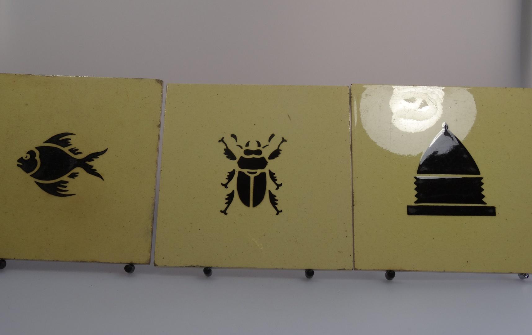 Tegel (6x)waarop vis, kever, bijenkord, kop- en schotel, grammofoon en chocoladekan