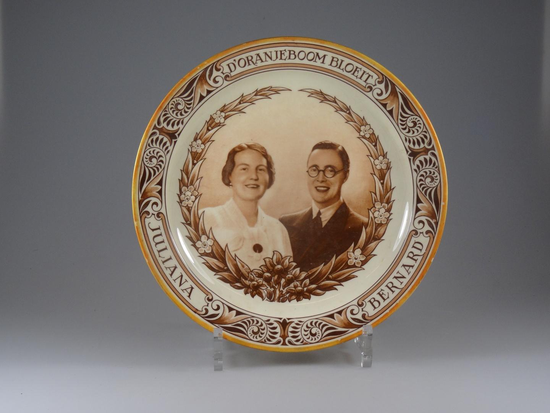 Wandbord ter herinnering aan het huwelijk van Juliana en Bernhard
