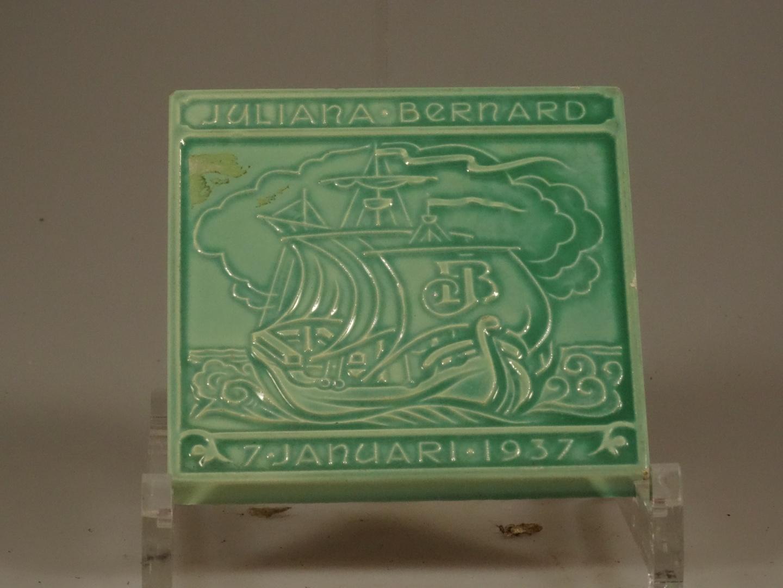 Tegel ter gelegenheid van het huwelijk van Juliana en Bernhard, schip met initialen (2x)