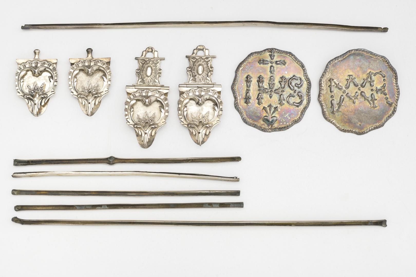 Boekbeslag, bestaande uit twee lange en vier korte randlijsten twee paar klampen en twee plaquettes