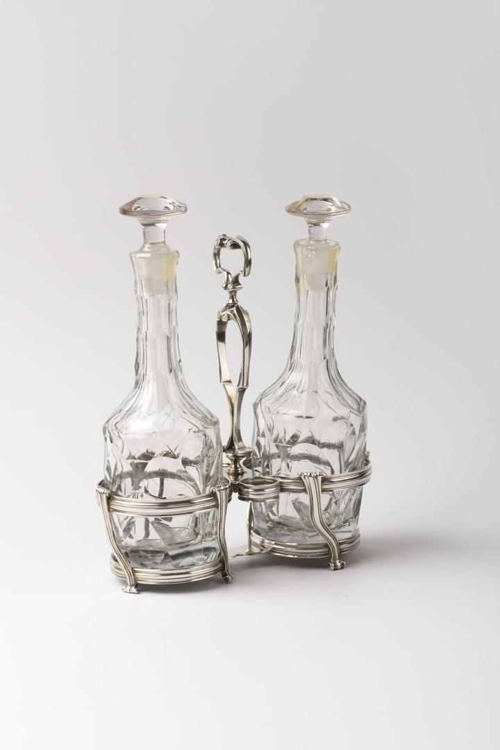 Olie- en azijnstel met twee kristallen flessen met stopjes
