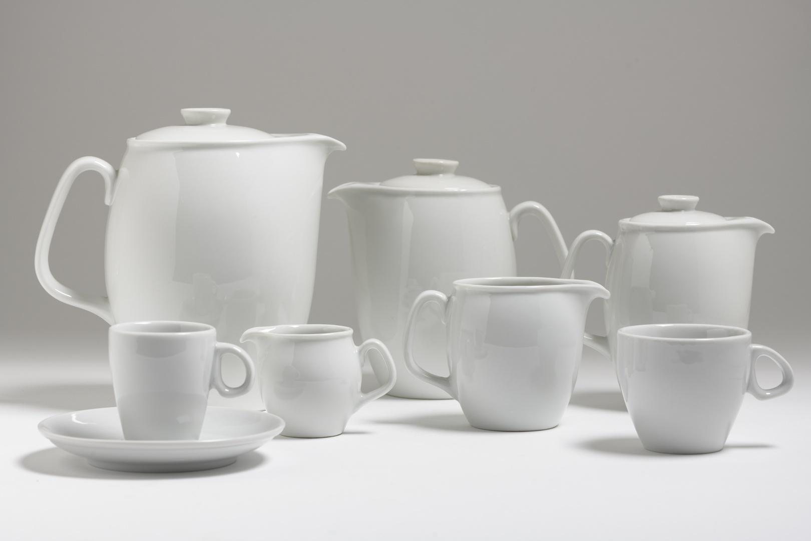 Hotelservies: 3 koffiekannen met deksel, 2 melkkannen, koffiekop met schotel, theekop met schotel