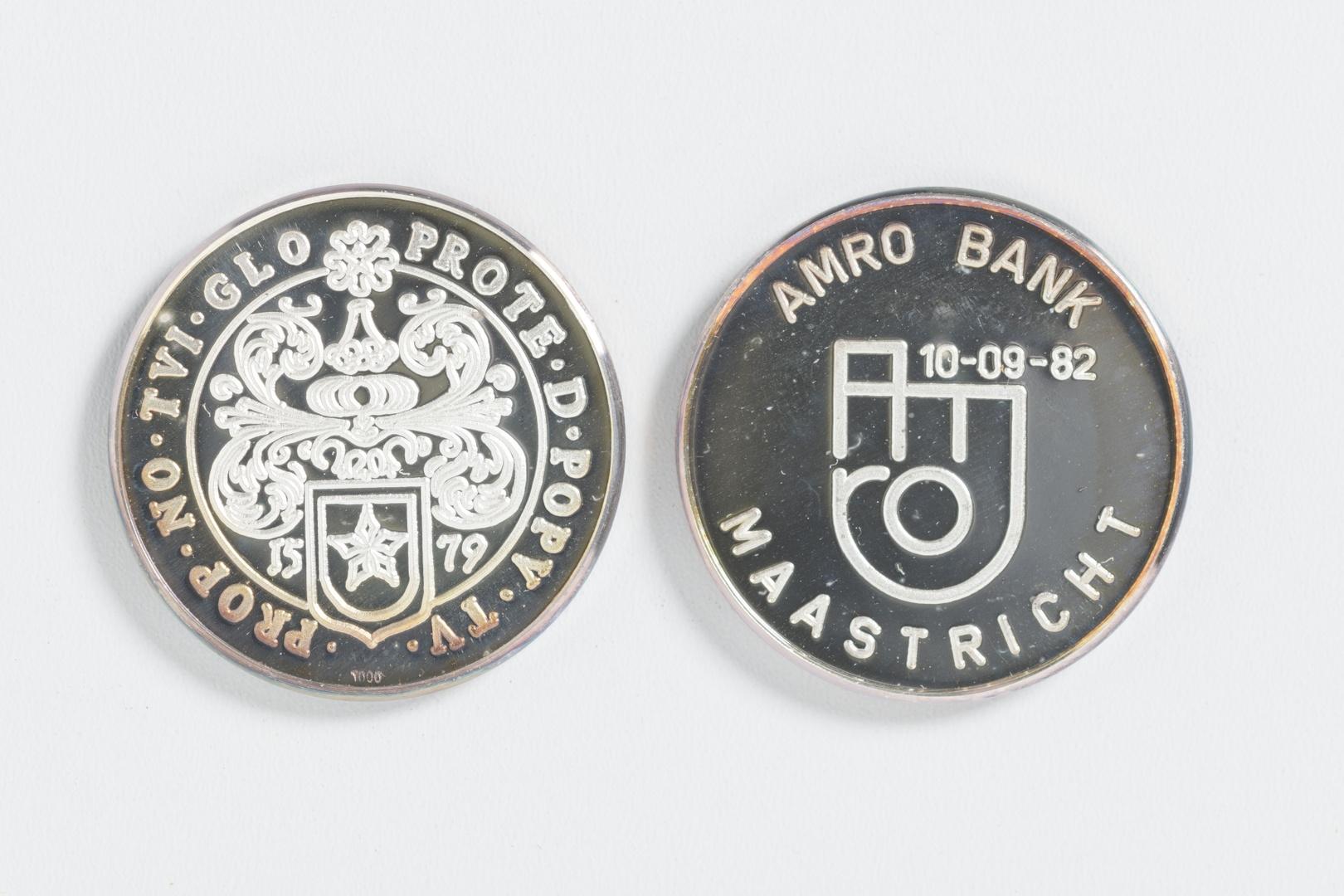 Twee penningen ter gelegenheid van opening AMRO-bank te Maastricht op 10-09-1982
