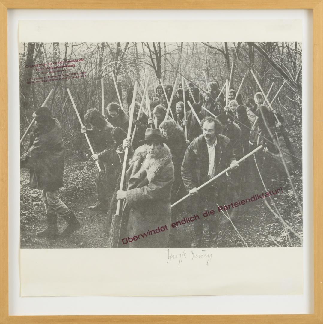 """Multiple: """"Rettet den Wald"""". Exemplaar gesigneerd buiten oplage; als multiple oplage 200 stuks gesigneerd en genummerd; Heinz Moor Verlag, München. Aktie op  14.12.1972."""