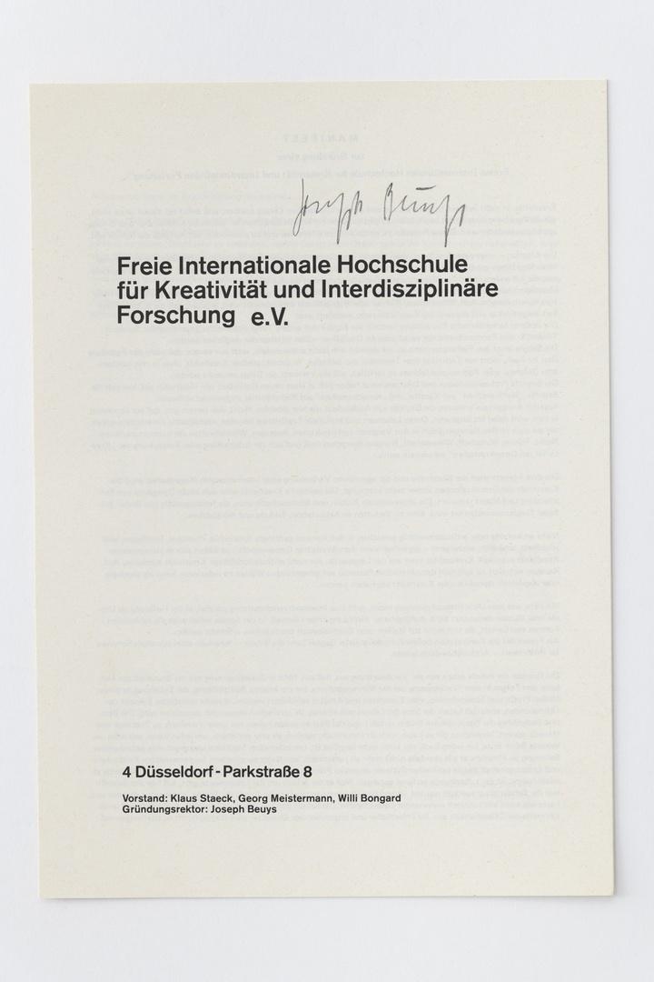 """Brochure: """"Freie Internationale Hochschule für Kreativität und Interdisciplinäre Forschung e.V."""", Düsseldorf, Freie Internationale Hochschule enz., z.j., 8 blz. Bevat manifest, leerplan en statuten."""