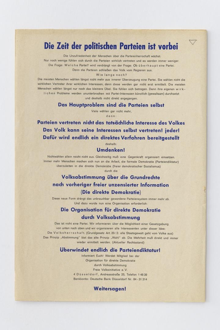 Pamflet: Die Zeit der politischen Parteien ist vorbei. Düsseldorf, Organisation für direkte Democratie durch Volksabstimmung, z.j., met schade, diagonale streep op karton gezet.