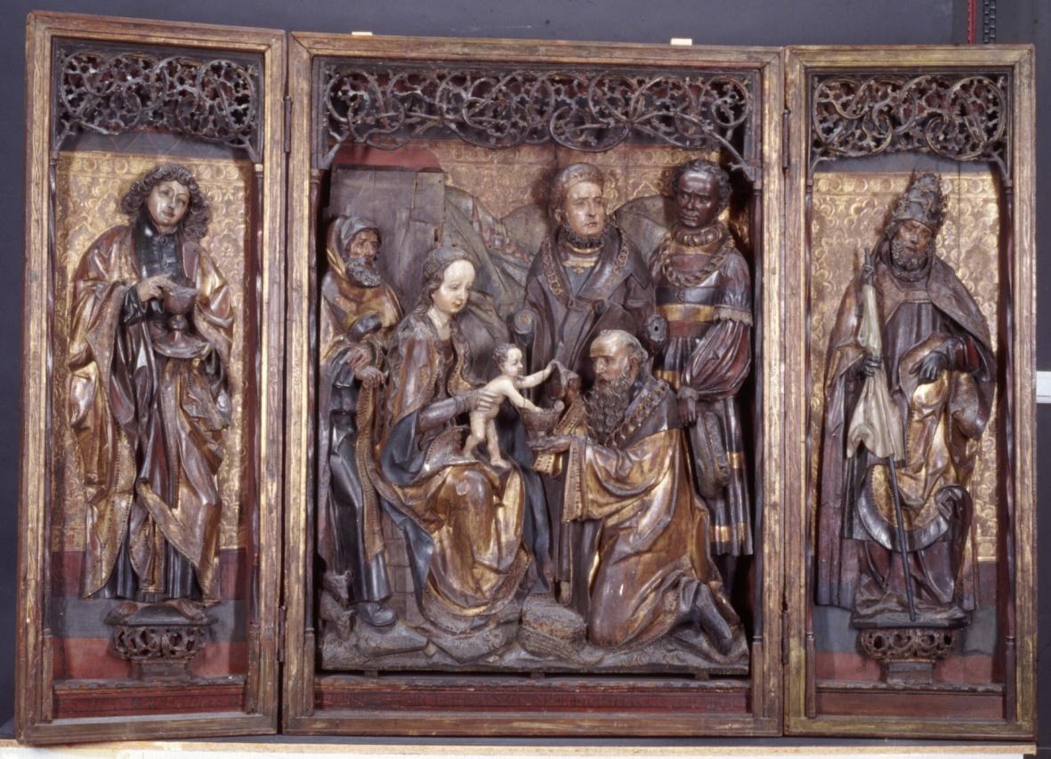 Driekoningenretabel met op de geschilderde buitenzijde de Heilige Agnes en Heilige Genovefa van Parijs
