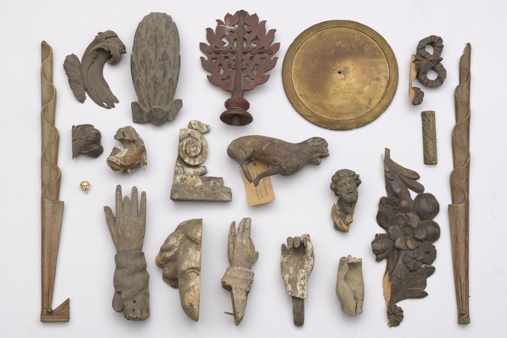Diverse restanten van beelden zoals; handen, voeten ed