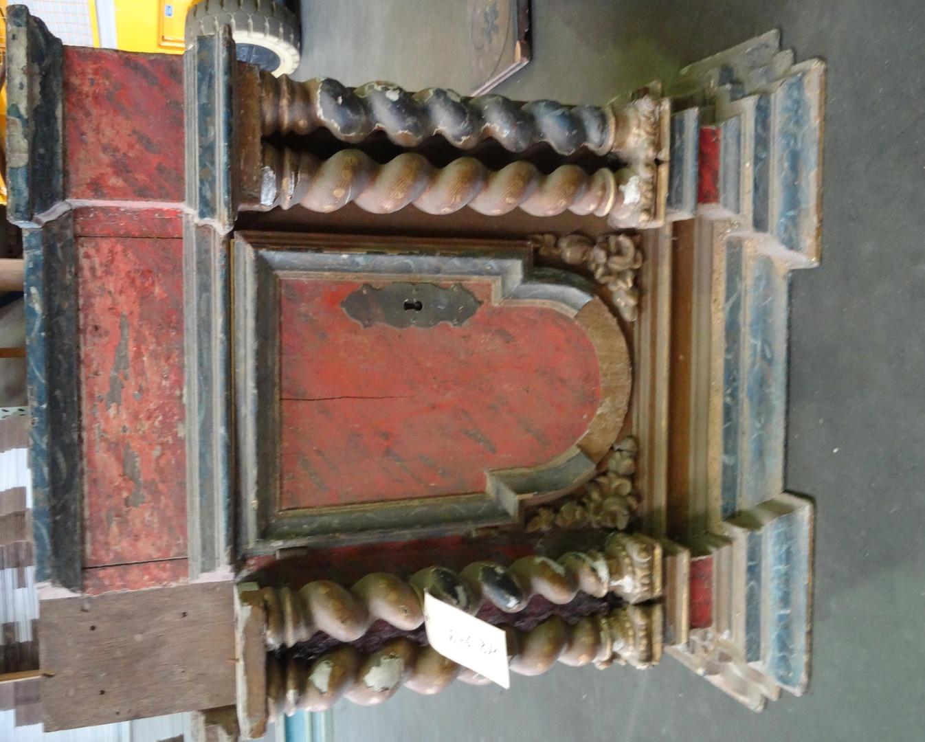 Onderdelen van barokretabel met corinthische zuilen en cartouche in de bekroning
