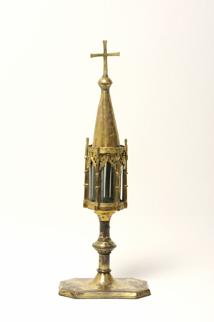 Reliekhouder : torenvormig op rechthoekige op de hoeken afgeschuinde voet.